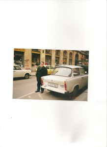 El autor de estas líneas fotografiado junto a un Trabant.