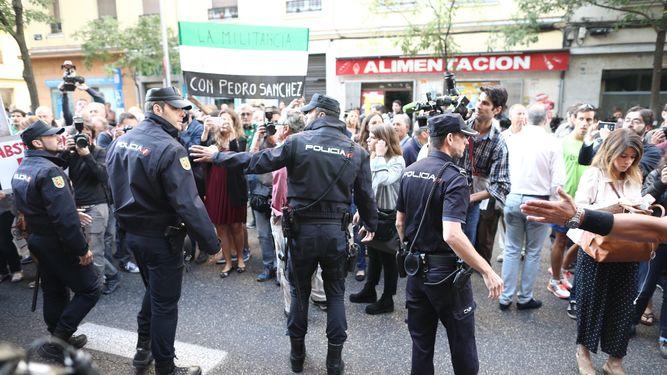 manifestantes-ferraz-psoe-comite-federal_958714934_114520541_667x375
